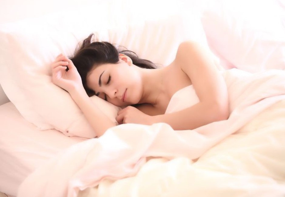 你習慣側睡嗎?「朝左往右」命運大不同 醫師:老睡這一邊易致癌
